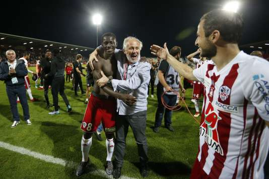 Un joueur d'Ajaccio dans les bras du président du club, dimanche 20 mai.