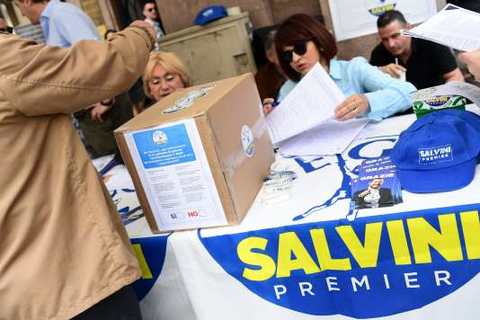 Sur un stand de la Ligue, à Milan, le 20 mai 2018, lors de la consultation menée par le parti auprès de ses sympathisants pour approuver la proposition de programme gouvernemental commun avec le Mouvement 5 étoiles.