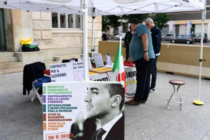 Un étal du Mouvement 5 étoiles, installé pour promouvoir le contrat de gouvernement conclu avec la Ligue, le 20 mai à Milan.