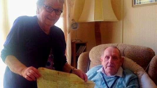 Louie Edyvean, 79 ans, et Derek Edyvean, 86 ans, ont retrouvé leur certificat de mariage, et avec une vieille lettre d'amour que Louie avait écrite alors qu'elle n'était pas encore mariée à Derek.