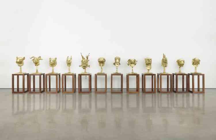«Au XVIIIe siècle, un jésuite français a dessiné pour le palais d'été de l'empereur Qian Long une fontaine animée des 12 personnages provenant du zodiaque chinois. En 1860, les troupes françaises et anglaises ont détruit le palais et volé les figures de la fontaine, dont deux appartenaient aux collections d'Yves Saint Laurent et Pierre Bergé. Elles sont aujourd'hui de retour en Chine. En les copiant et les agrandissant, l'artiste s'interroge sur ce qu'est devenu le patrimoine chinois.»