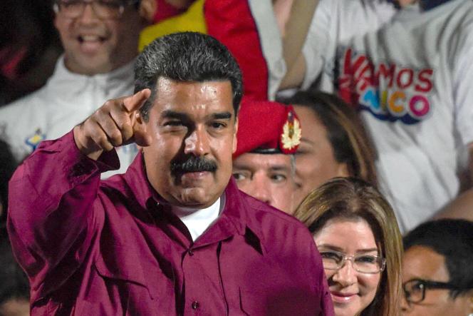 Réélu pour sept ans, le président vénézuélien, Nicolas Maduro, salue ses supporteurs après sa victoire, à Caracas, le 20 mai.