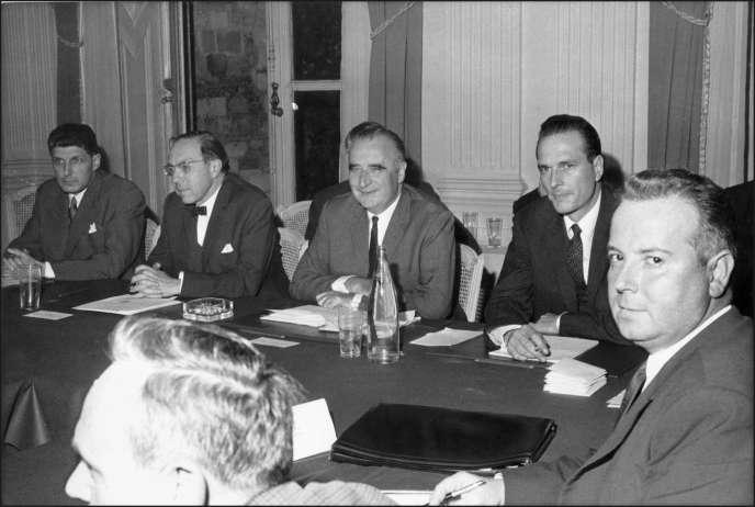 Le ministre des Affaires sociales, Jean-Marcel Jeanneney (2e à gauche), en compagnie du Premier ministre Georges Pompidou (au centre), de Jacques Chirac (2e à droite), secrétaire d'Etat chargé de l'Emploi et de Georges Séguy (à droite), secrétaire général de la CGT, à la table des négociations, au ministère des Affaires Sociales, rue de Grenelle à Paris, le 27 mai 1968.