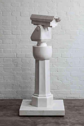 «A Pékin, vingt caméras de surveillance ont été placées devant la maison d'Ai Weiwei. En utilisant le marbre pour les représenter, l'artiste à la fois les condamne à être aveugles et montre l'importance de la surveillance dans le système politique chinois.»