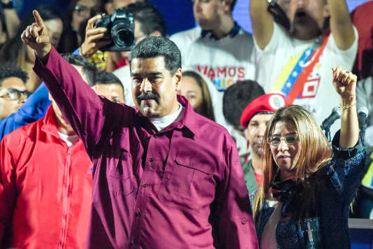 Le président vénézuélien réélu Nicolas Maduro et sa femme Cilia Flores saluent leurs supporteurs après le résultat des élections, le 20 mai, à Caracas.