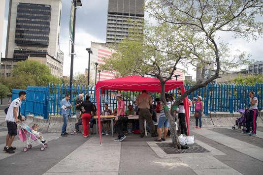 Les électeurs se présentants leur « carnet de la patrie » sous des tentes baptisées «Points rouges», pour toucher un bon donnant droit à une aide, à Caracas, le 20 mai.
