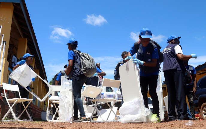 Une équipe de l'OMS prépare un centre de vaccination contre Ebola, à Mbandaka, en RDC, le 21 mai.