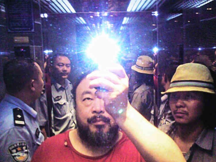 «En août 2009, Ai Weiwei a été molesté par la police alors qu'il voulait soutenir la cause d'un activiste qui enquêtait sur les morts d'un tremblement de terre survenu dans le Sichuan. Au cours de son arrestation, il a eu le temps de prendre une photo à la sauvette qui, depuis, a fait le tour des réseaux sociaux.»