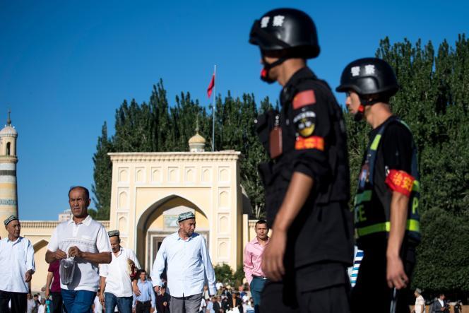 A la sortie de la mosquée Id Kah, dans la ville de Kashgar, située dans la Région autonome ouïgoure, en juin 2017.
