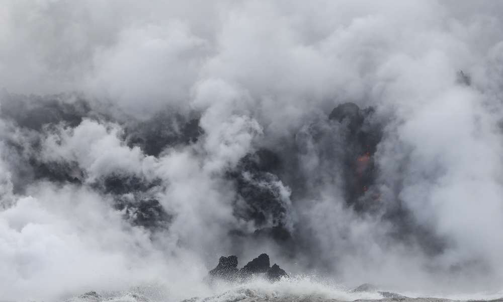 «Le panache [entraîné par le contact entre la lave et l'océan] est un mélange irritant d'acide chlorhydrique, de vapeur et de petites particules de verre volcanique», selon l'USGS.