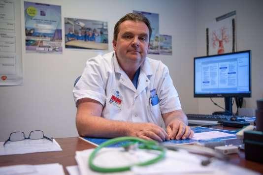 Le chirurgien Emmanuel Martinod, à l'origine de ces greffes de trachée, au sein de l'hôpital Avicenne de Bobigny, le 17 mai.