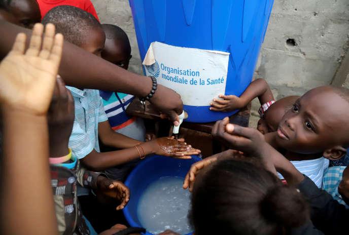 Des enfants se désinfectent les mains, à Mbandaka, dans le nord-ouest de la RDC.