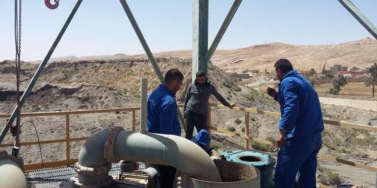 Ouvriers au sommet d'une plateforme d'exploitation du phosphate, à Redeyef (Tunisie), le 9 avril.