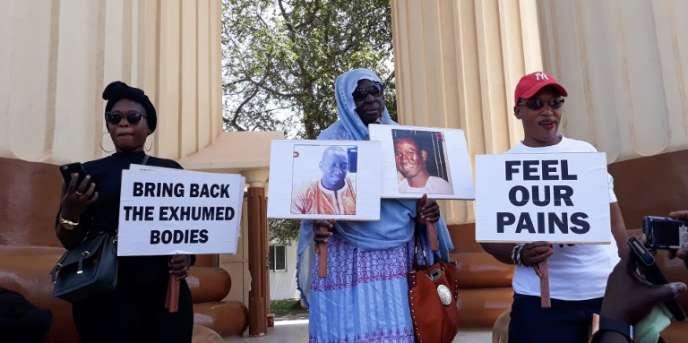 Des parents de victimes du régime de Yahya Jammeh, à Banjul, en Gambie, le 17avril 2018.