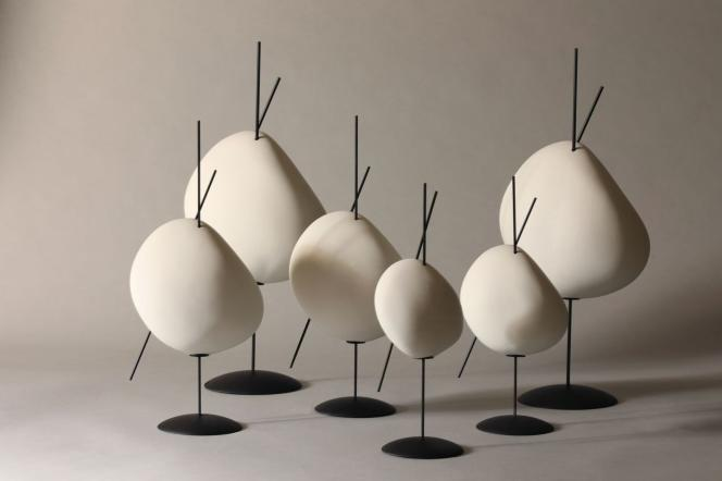 Lampes « Belle de Nuit» en lin et métal par Océane Delain pour l'exposition «Akari Unfolded, A collection by Ymer & Malta», au musée Noguchi de New York.
