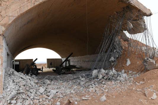 Une photo fournie par l'agence de presse syrienne SANA met en évidence du materiel militaire abandonné à Idlib, en Syrie, le 21 janvier.