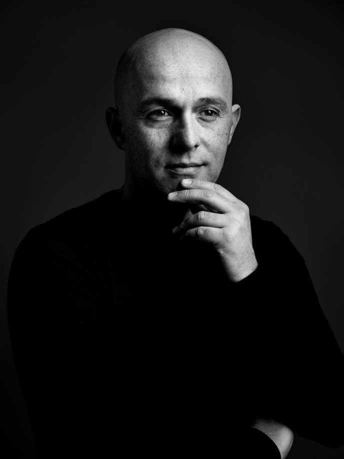 Portrait récent de Thierry Bigaignon qui présente dans sa galerie le second volet de la rétrospective consacrée au photographe américain Harold Feinstein (1931-2015).