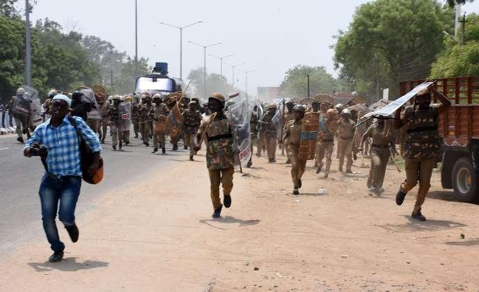 Les policiers chargent des manifestants àTuticorin (Inde), le 22 mai 2018.