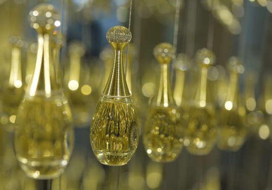 Flacons de parfum à l'atelier de parfumerie de la marque de luxe française Dior, à Paris (15 juin 2013)