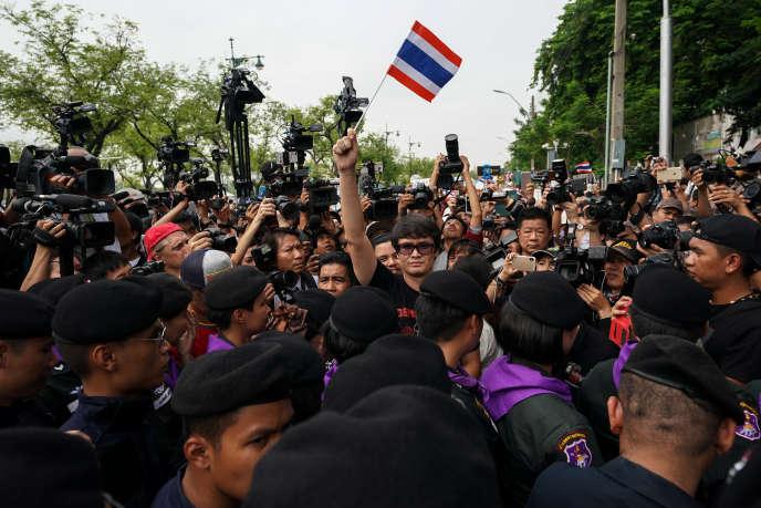 Le militant pro-démocratie Rangsiman Rome, lors de la manifestation marquant les quatre ans du coup d'Etat de 2014, le 22 mai à Bangkok.
