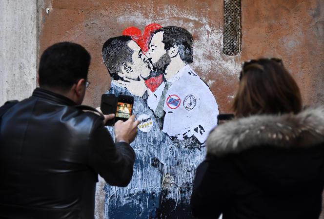 Graffiti du street-artiste Tvboy, représentant le dirigeant du Mouvement 5 étoiles, Luigi Di Maio, embrassant le chef de file de la Ligue, Matteo Salvini. A Rome, le 23 mars.