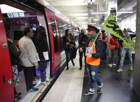 Manifestants et voyageurs lors de la journée de grève contre la réforme de la SNCF, à Paris, le 14 mai.