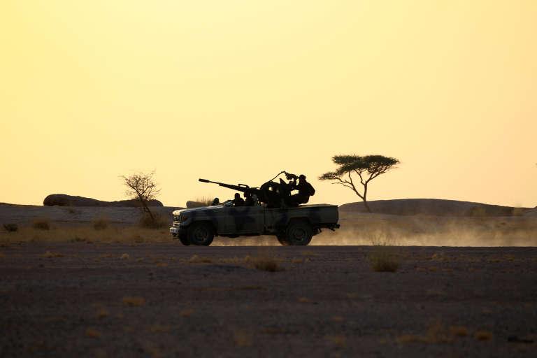 Des soldats du Front Polisario en patrouille dans le Sahara occidental, près de Bir Lahlou, en septembre 2016.
