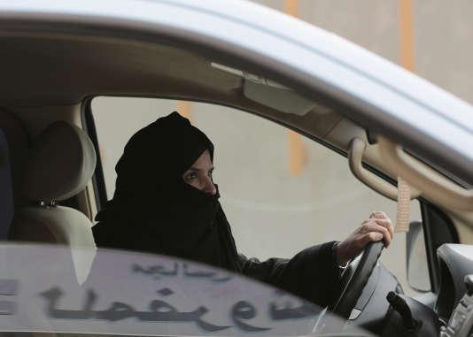 Une femme au volant en Arabie saoudite, le 29 mars 2014, à l'époque où cela était interdit.