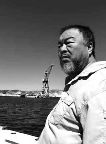 «Ai Weiwei a fait le voyage jusqu'à Marseille, et précisément jusqu'au port de la Joliette où se trouve aujourd'hui le Mucem, sur les traces de son père Ai Qing qui a débarqué de Shanghaï à Marseille en1929. Le début d'une nouvelle vie pour Ai Qing où il découvre les grands poètes français et belges, et devient lui-même un poète célèbre dans son pays. Il a d'ailleurs écrit une poésie sur Marseille en 1932.»