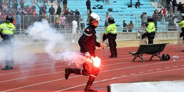 Un policier intervient à la fin d'un match au stade de Radès, en Tunisie, le 18février 2018.