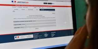 Une candidate consulte le résultat de ses voeux sur Parcoursup, le 22 mai.