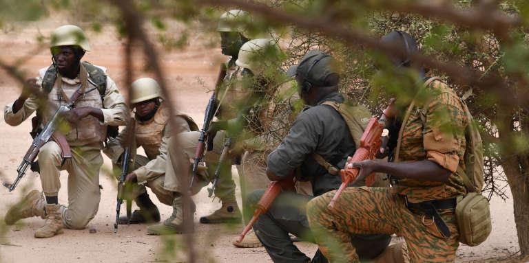 Des soldats burkinabés à l'entraînement près de Ouagadougou, en avril 2018.