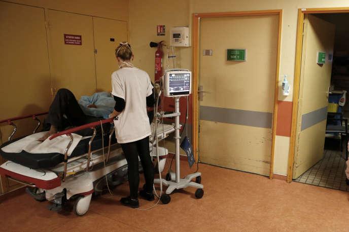 Patient traité dans un couloir du service des urgences, à Bastia (Corse), en novembre 2017.