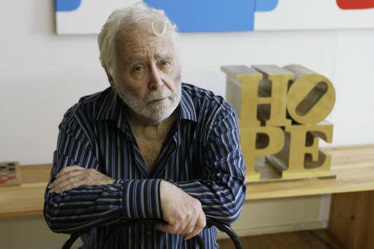 Robert Indiana en 2009 dans son atelier à Vinalhaven, dans le Maine.
