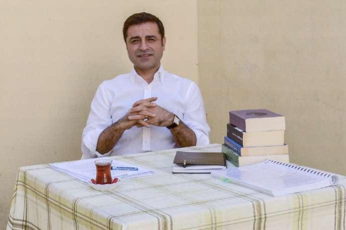 Image fournie par son parti (le HDP, pro-kurde), du candidat à la présidentielle Selahattin Demirtas dans sa prison d'Edirne (Turquie), le 4 mai.