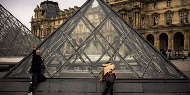 La pyramide du Louvre de l'artiste chinois Ieoh Ming Pei, à Paris.