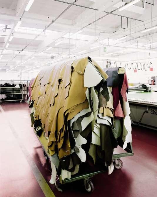 Dans l'usine attenante au siège, des peaux attendent d'être contrôlées.