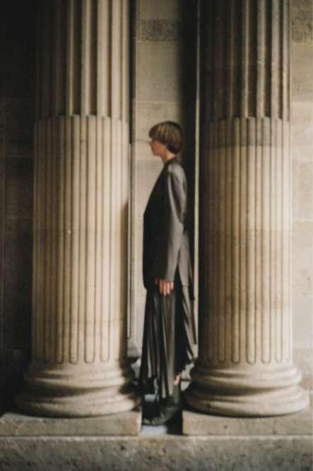 Veste et jupe en gabardine de laine Céline. Chaussures en coton Hed Mayner.