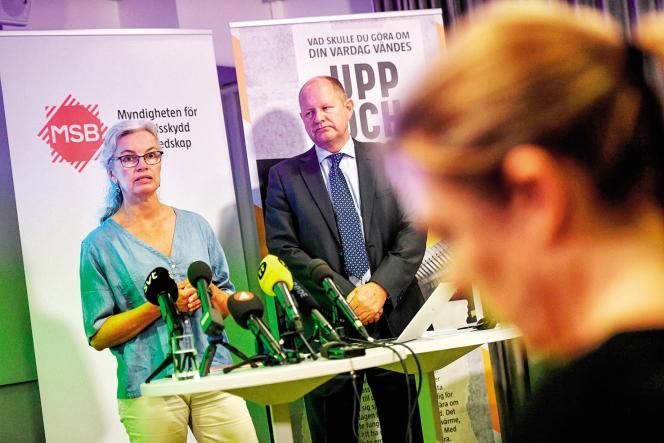 Christina Andersson et Dan Eliasson de l'Agence suédoise de la sécurité civile lors de la présentation du manuel de survie, le 21 mai, à Stockholm.