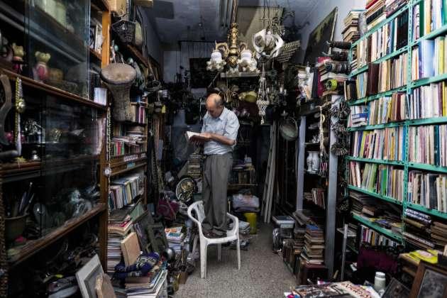 Avant le blocus égypto-israélien de 2007, Salim Alrayes (ici, le 17mai 2018) dénichait ses trésors au Caire et comptait des clients venus du monde entier. Aujourd'hui,il s'approvisionne sur place et seuls quelques locaux fréquentent sa boutique.