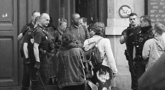 L'entrée du centre Malesherbes de Sorbonne Université était filtrée par les forces de l'ordre, le 23 mai. (Photo transmise par une étudiante)