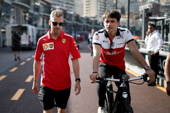 Charles Leclerc (à droite) et le pilote Ferrari Sebastian Vettel sur la pit-lane du circuit de Monaco le 23 mai.