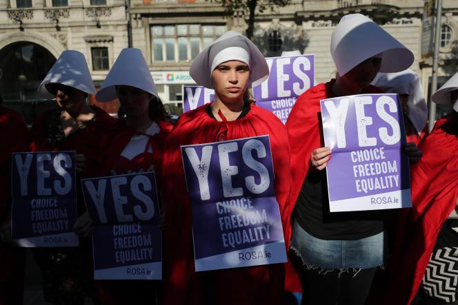 Des militantes en faveur de l'abrogation de l'amendement interdisant l'IVG manifestent à Dublin, le 23 mai, déguisées en personnages de la série « La Servante écarlate».