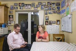 Gerry et Gaye Edwards ont vécu un drame personnel. A douze semaines, leur bébé se développait sans cerveau. Gerry se souvient avoir ressenti que sa femme et luiétaient des réfugiés médicaux « obligés de fuir leur propre pays pour recevoir des soins» côté nord-irlandais, donc britannique. A l'époque, la frontière entre les deux Irlandes existait encore.