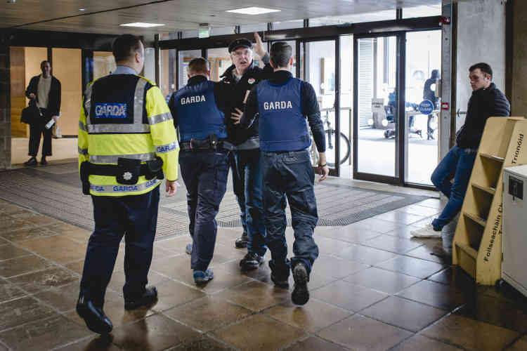 Au Trinity Collège à Dublin, la police a dû évacuer un militant nerveux du mouvement anti-avortement.