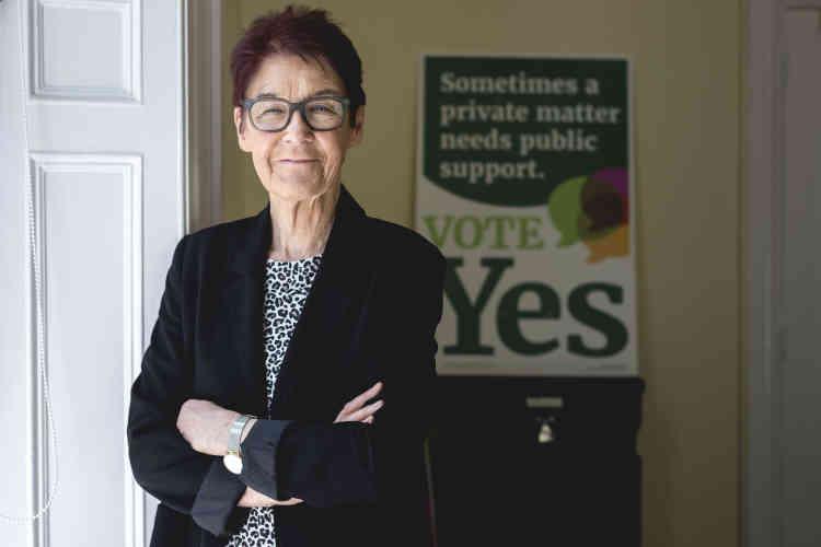 Ailbhe Smyth, professeure de français à l'Université et figure de proue de la campagne Ensemble pour le oui. Elle estime que« l'avortement est devenu comme l'albatros de Baudelaire, un sujet qui suit les Irlandais partout, notre honte sur la scène internationale».
