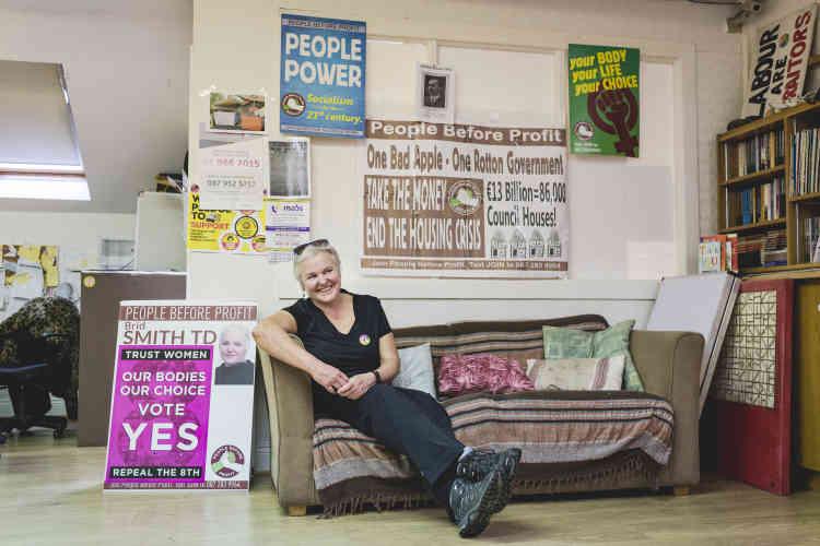 Brid Smith est membre du Parlement irlandais. Dans le milieu des politiques, elle est la première femme à avoir parlé publiquement de son avortement d'il y a quelques années. A l'époque, le voyage au Royaume-Uni n'était pas prescrit.