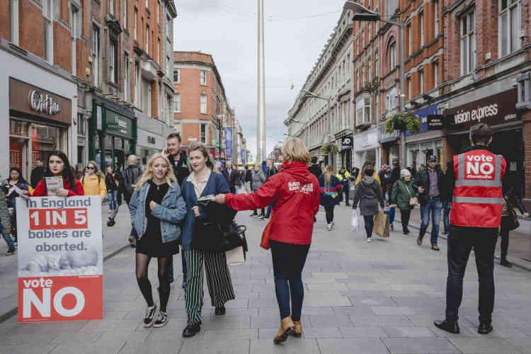 Les militants du « no» font campagne dans les rues de Dublin. La dernière enquête donne les partisans du droit à l'avortement à 44 % contre 32 % mais avec un grand nombre d'indécis et d'abstentionnistes (24 %).