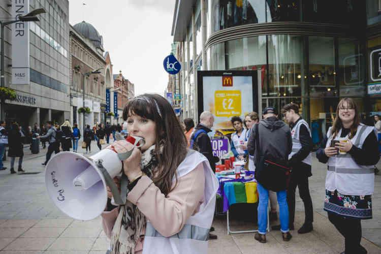 Une militante du mouvement socialiste et féministe« Rosa» en campagne pour le« oui». 68 % des femmes non résidentes ayant pratiqué une IVG en Angleterre et au Pays de Galles sont irlandaises.
