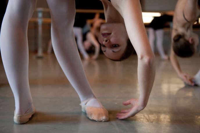 Les élèves de la classe de Christa Charmolu s'entraînent le 6 avril 2010 au Conservatoire National de Son, Musique et Danse de Paris (CNSMDP). AFP PHOTO / MARTIN BUREAU / AFP PHOTO / MARTIN BUREAU
